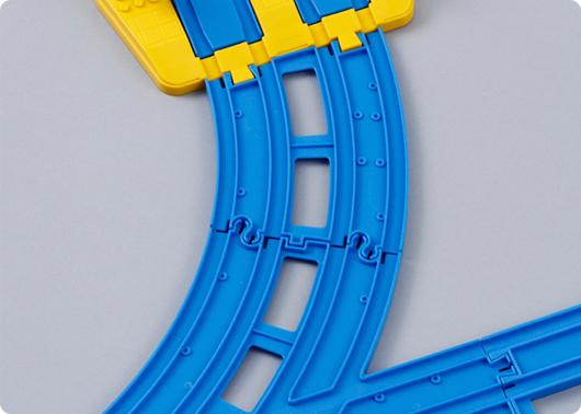 複線ターンアウトレールの複線曲線のつなぎ目は他のものと異なるよ。