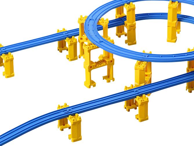 ニュー坂レール1つでブロック橋脚1段分上がるよ。そこに、直線レールと曲線レールをつなげるんだ。