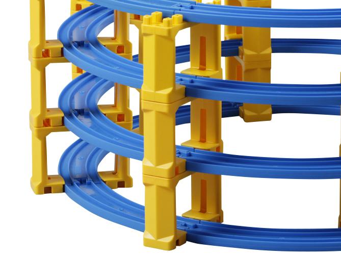 使用弯轨2袋(8个)拼成圆形。桥墩放在轨道的连接处下面。