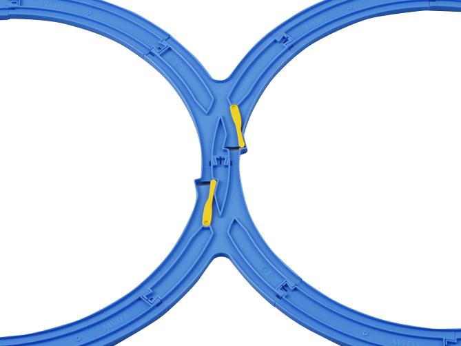 つなげた8の字ポイントレールに合わせて、曲線レールをつなげるとカンタン!